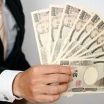 10万円を持つサラリーマン